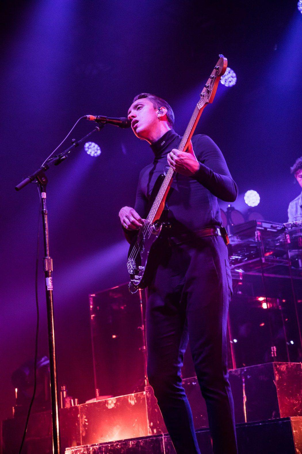 英國獨立樂團「The xx」樂團昨晚在台開唱,吸引3000名粉絲滿場朝聖,圖為貝...