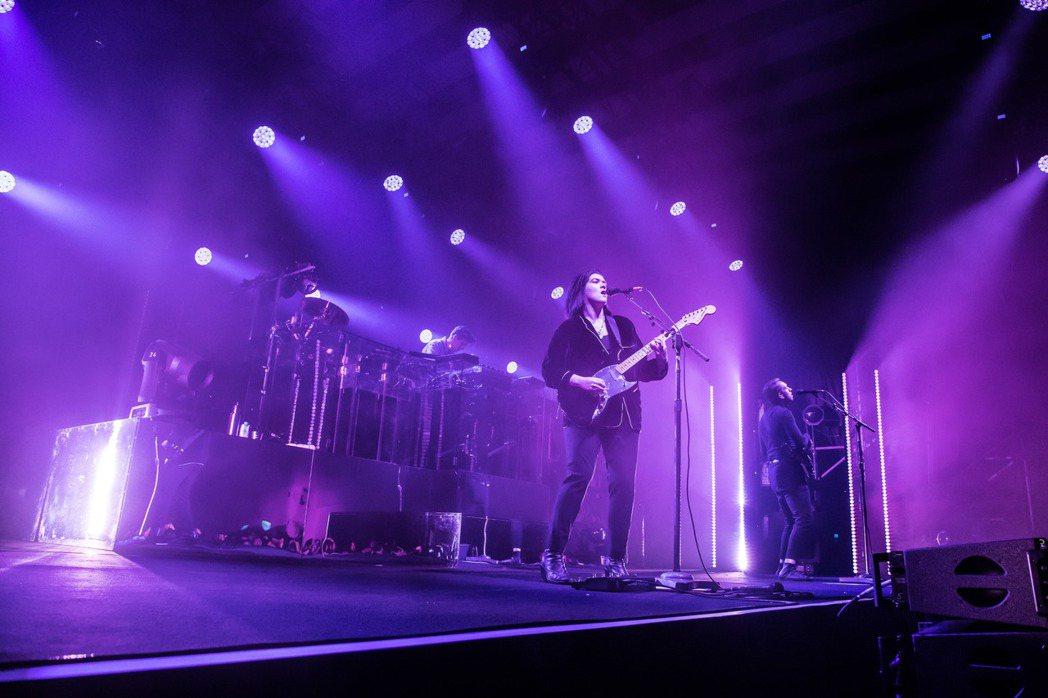 英國獨立樂團「The xx」樂團昨晚在台開唱,吸引3000名粉絲滿場朝聖。圖/M...