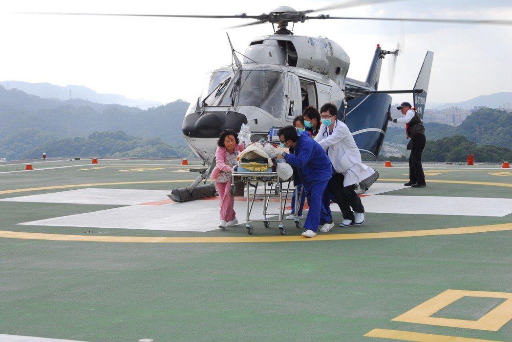 圖為雙和醫院與馬祖進行空中轉診。報系資料照/記者吳德興攝影