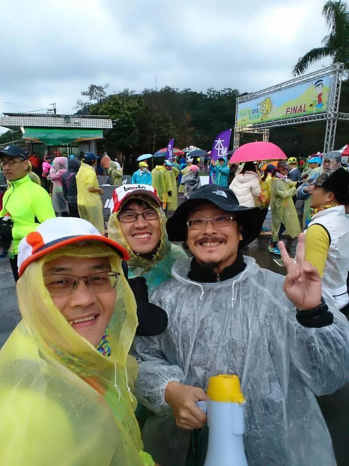 林史恩(前右)因馬拉松結識許多好友,首次籌辦馬拉松賽事,就獲得1700名跑友熱情...