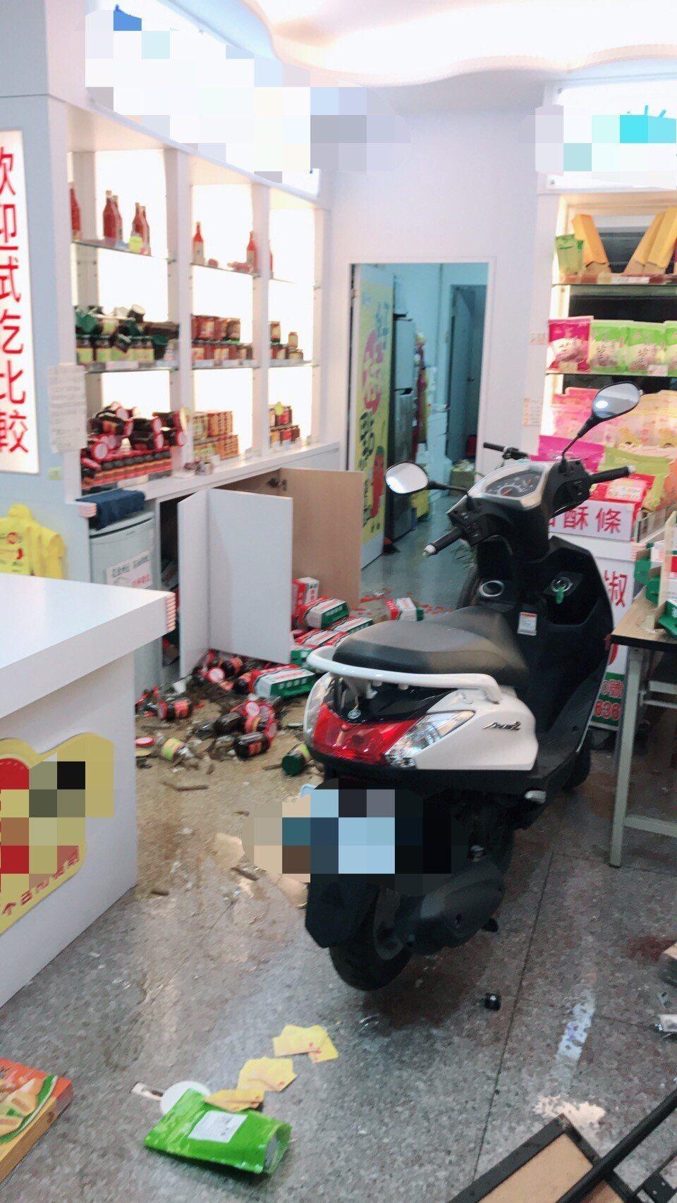 花蓮深夜有感地震,震度七級,花蓮市中華路商店,雜貨倒成一地。圖/讀者提供