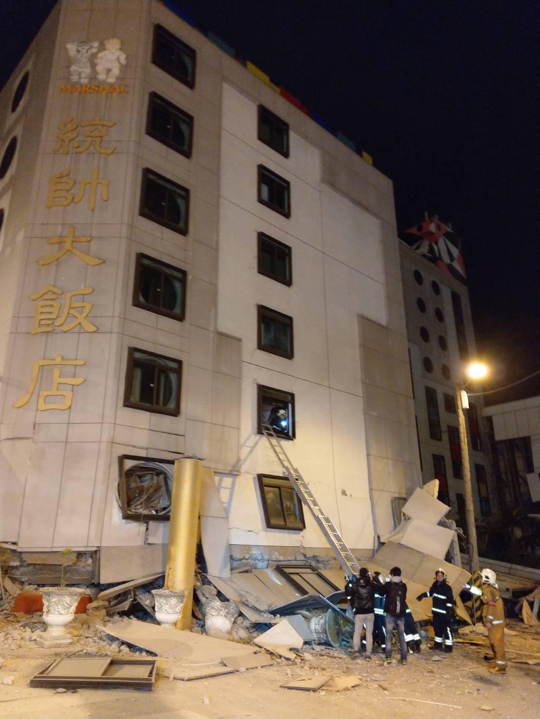 花蓮統帥飯店一樓整個塌陷。 記者王燕華/攝影