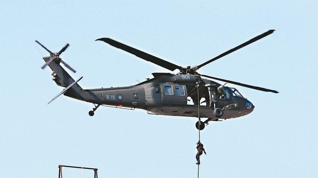 軍方的黑鷹直升機為草綠色塗裝。 圖/聯合報系資料照片