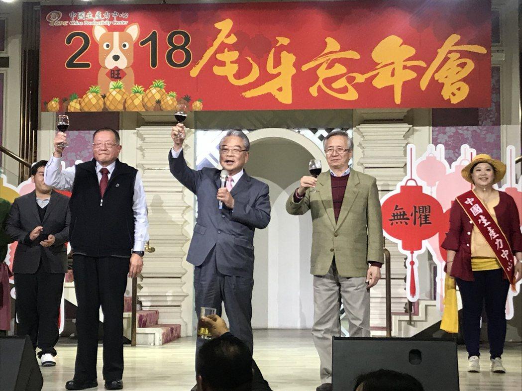 中國生產力2018年尾牙忘年會,總經理張寶誠(左起)、董事長許勝雄,與總顧問王國...