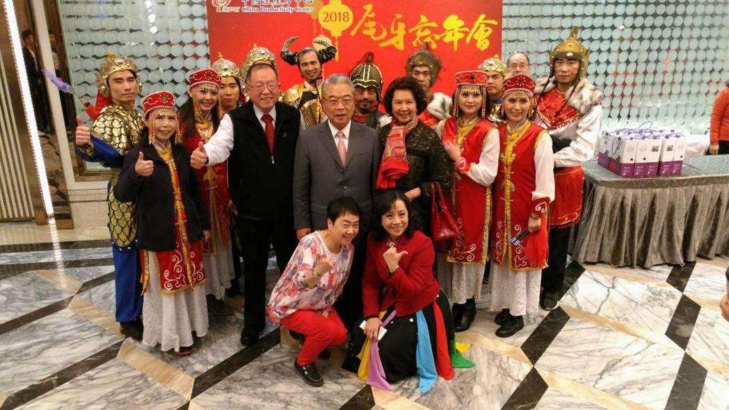 中國生產力中心董事長許勝雄、夫人、總經理張寶誠,與中國生產力演出同仁合影。CPC...