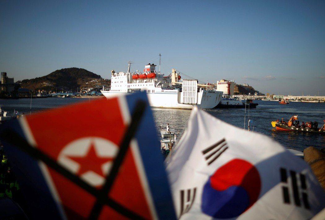 北韓表演藝術團搭乘貨客船「萬景峰92」郵輪抵達南韓墨湖港。 圖/路透社