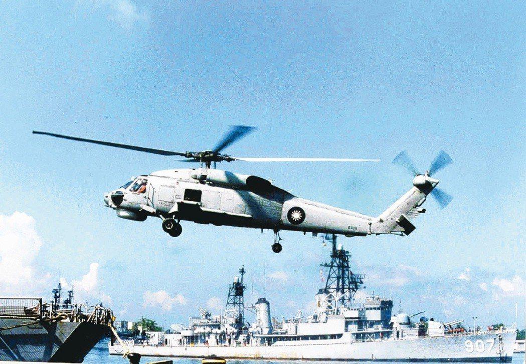 1994年海軍一架S-70C反潛直升機在花蓮外海執行訓練任務時失事,圖為同型機檔...