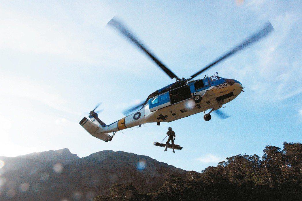 圖為國軍S-70C直升機飛抵合歡山,吊掛救援登山客。 圖/救難人員提供