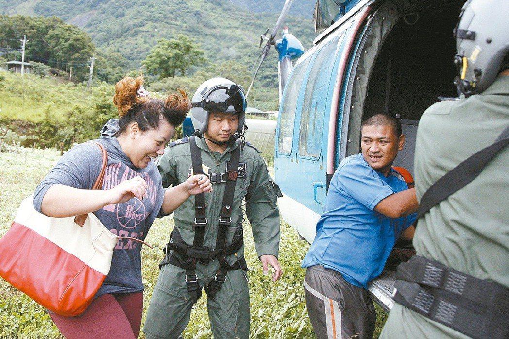 因駕駛空軍直升機援救漁民而墜海受傷的空軍救護隊中士蔡宜哲(左二),重回工作崗位,...