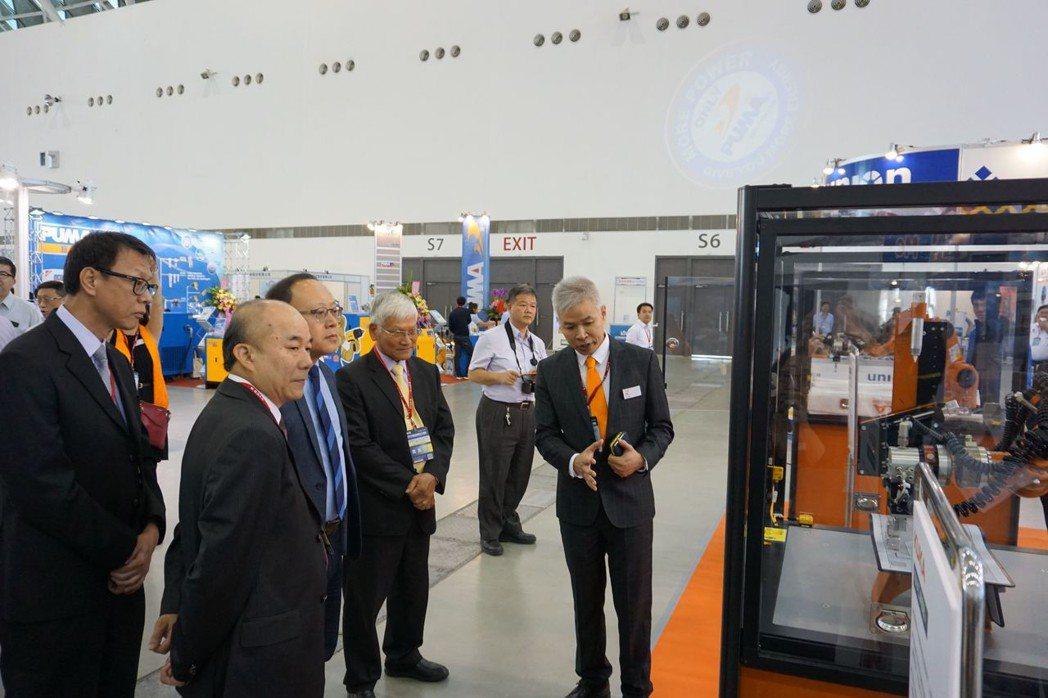 台灣庫卡執行長邱崇勛為參觀貴賓解說先進的機器人功能。 金萊萊/攝影