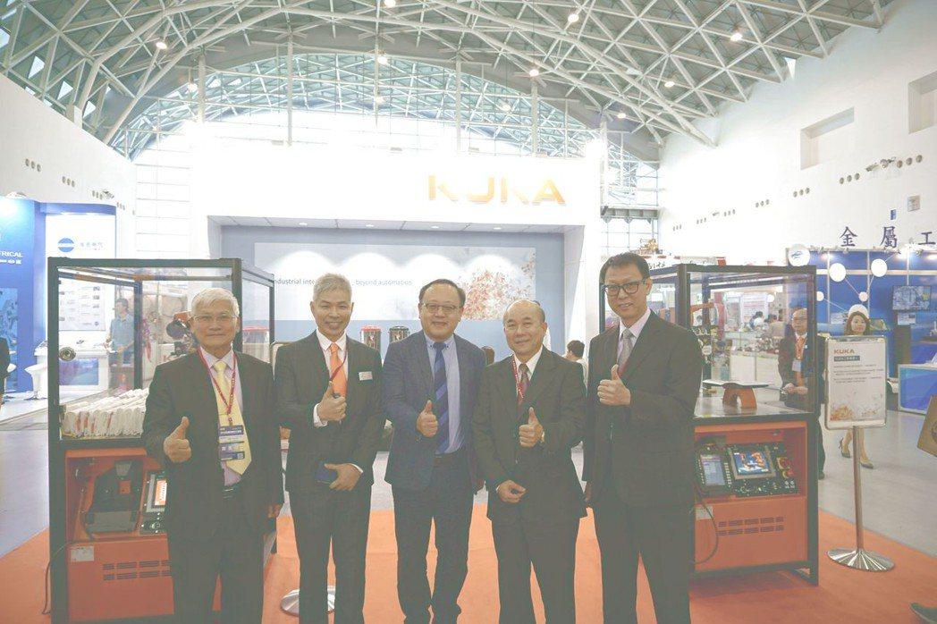 台灣庫卡執行長邱崇勛(左二)與參觀貴賓合影。 金萊萊/攝影