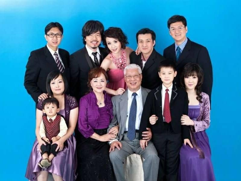黃國倫(後排左二)和寇乃馨(後排中)和娘家人的全家福。圖/寇乃馨提供