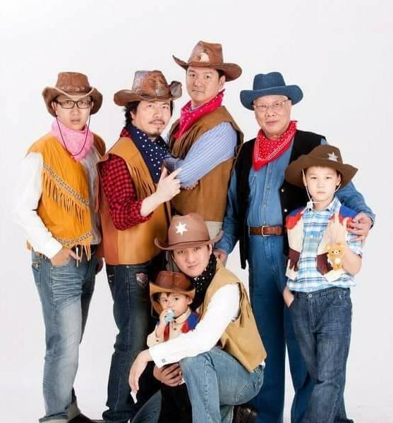 寇爸爸(後排右二)是牛仔迷,家族的男生成員都扮牛仔陪寇爸爸過過乾癮。圖/寇乃馨提...