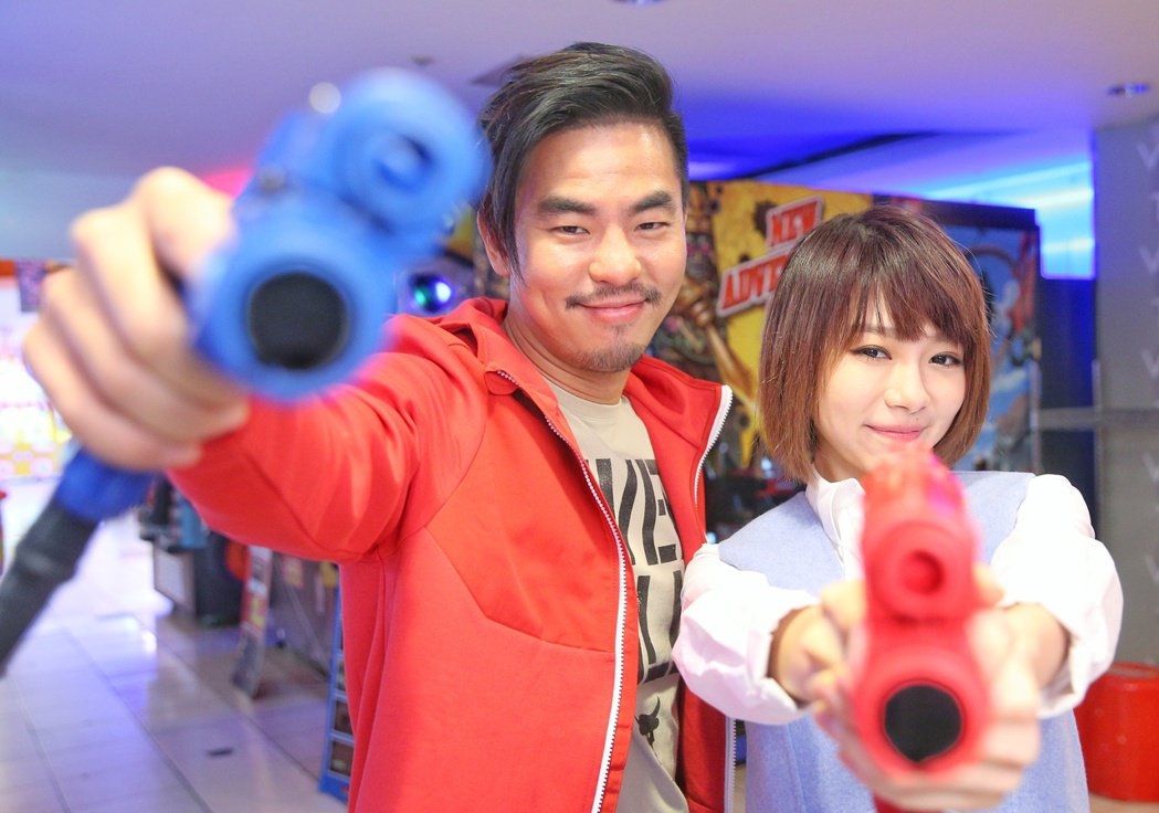 柯有倫(左),林明禎(右)到遊藝場大戰。記者陳正興/攝影