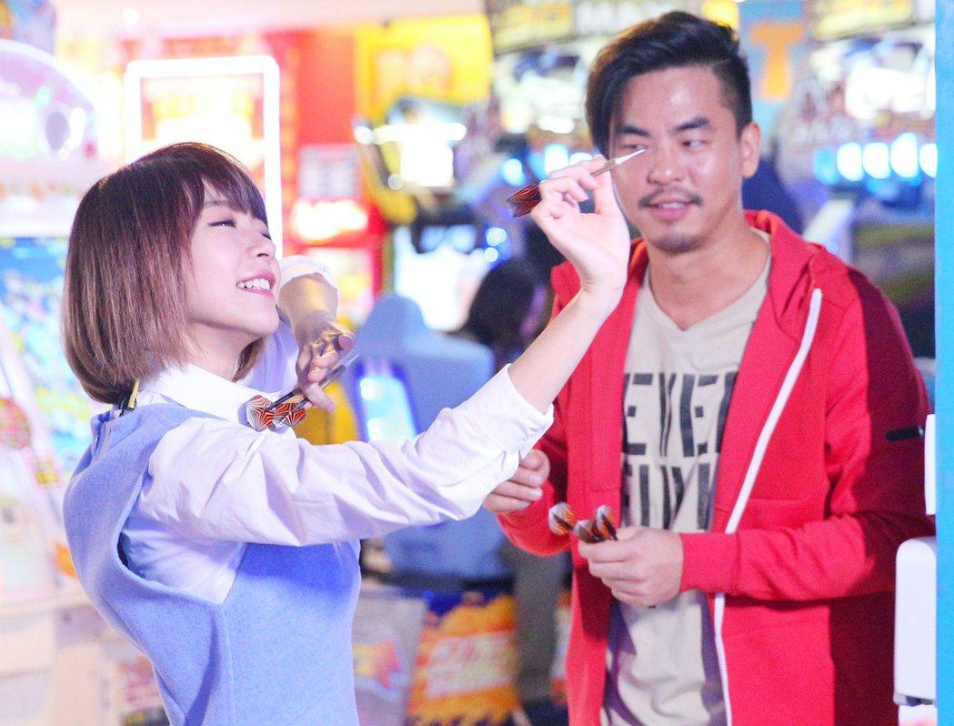 柯有倫(右),林明禎(左)到遊藝場大戰。記者陳正興/攝影