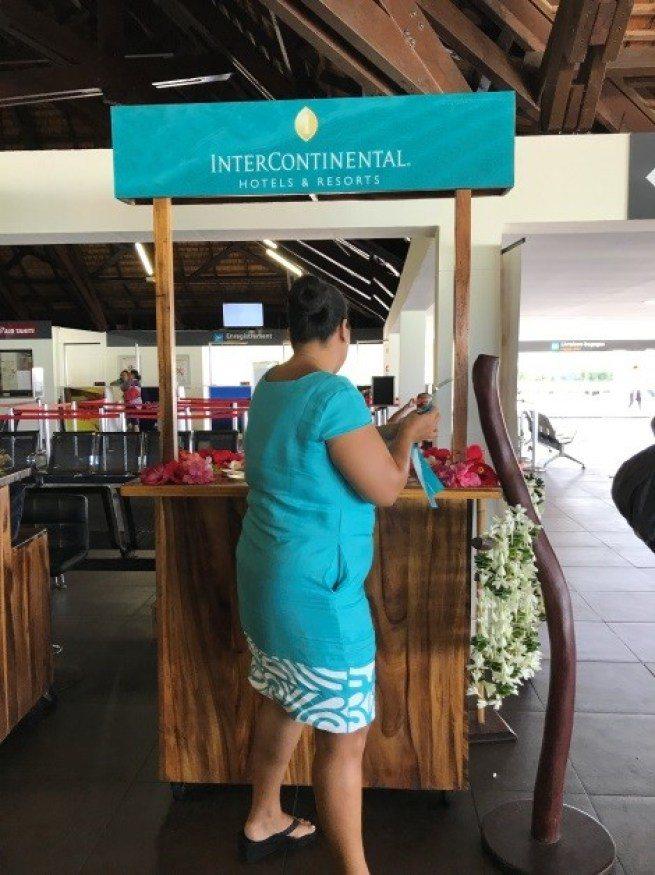機場外,就有洲際渡假村櫃台人員等候房客。圖文來自於:TripPlus