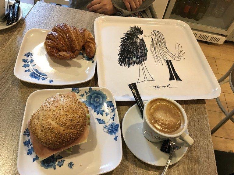 這是街口的Audrey Bruch and Breakfast,這樣兩杯飲料,加...
