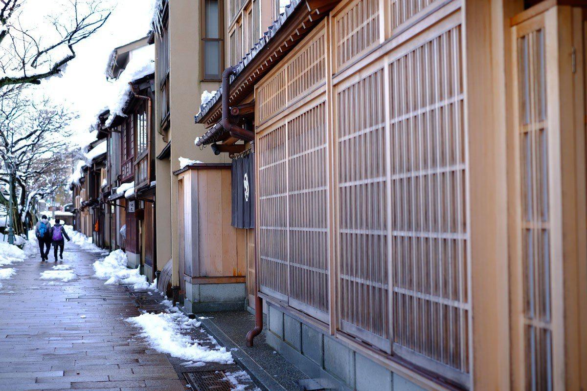 茶屋街的門窗都還保留著木格窗的老設計。