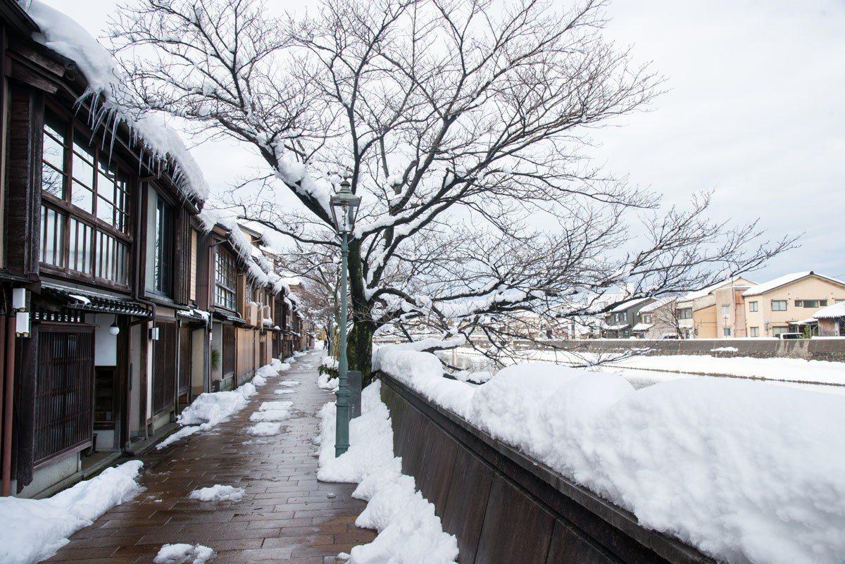 冬天時到這裡,是一片白色與老屋搭配的美風景。
