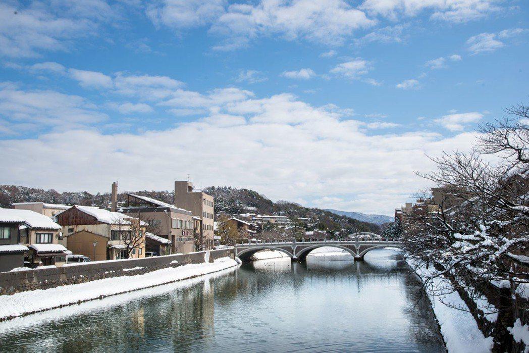 往外望去,淺野川潺潺流水貫穿金澤市區。