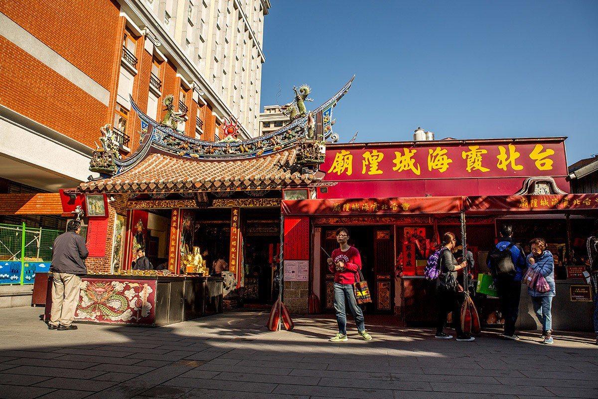 台北霞海城隍廟的盛名在月老加持下,香火終年不斷。