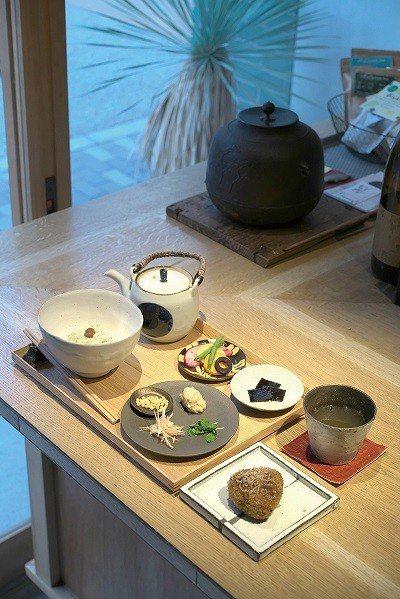 出汁茶漬け定食 ( 高湯茶泡飯定食 )¥1000/以高湯蒸煮的米飯製成的烤飯糰,...