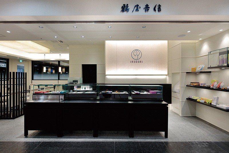 位於京都車站內的新型態店舖IRODORI,宛如化妝品、精品店舖的設計相當吸睛。