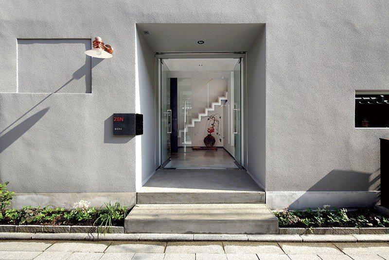 以清水模色調的磨石子打造出店舖外觀,展現不同於一般京都老舖的前衛風格。