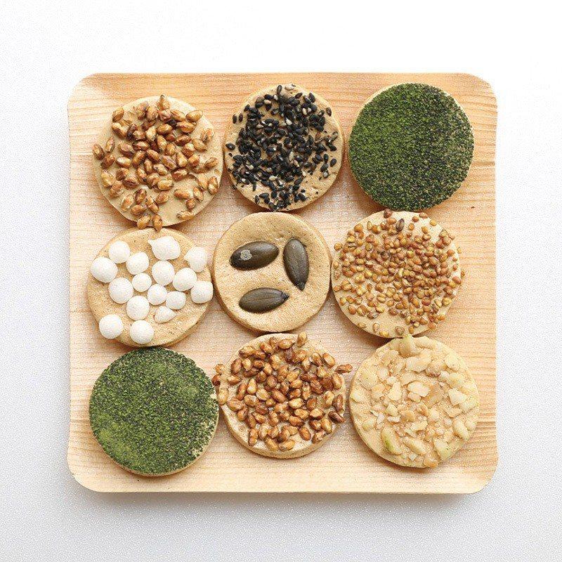 焼き鳳瑞(香烤鳳瑞)¥810/袋/以蛋白; 有機發芽玄米、南瓜籽、黑芝麻等製成的...