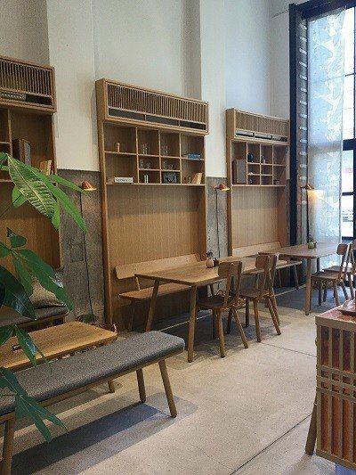 店內處處點綴綠意,北歐風的桌椅帶有些許異國風情。