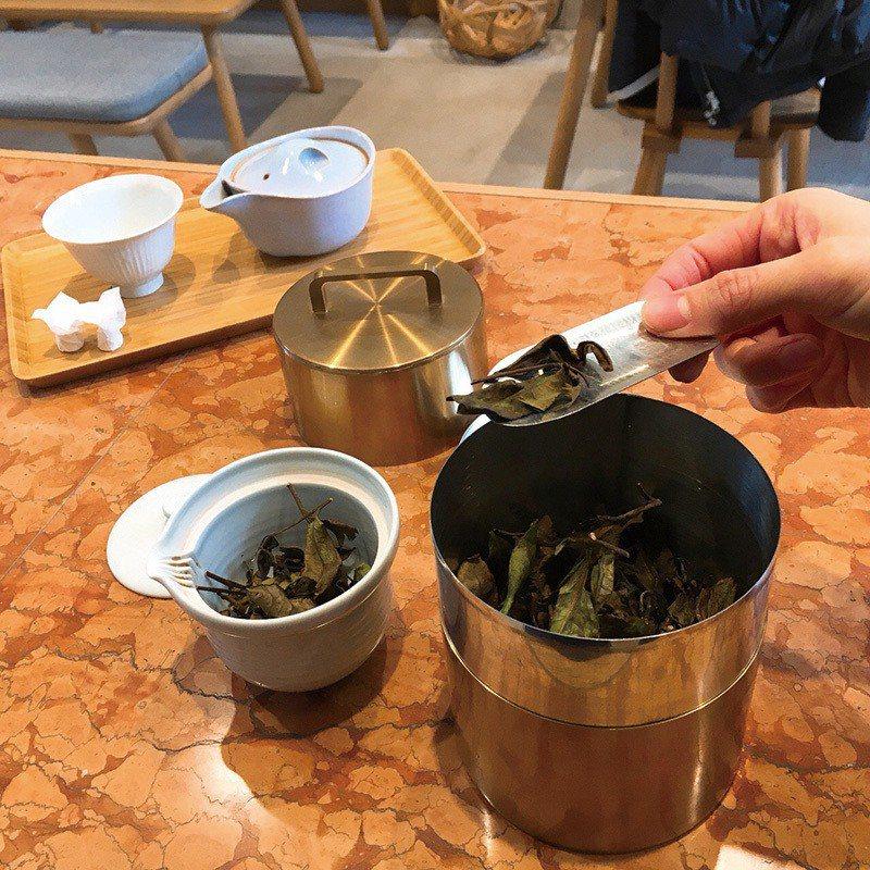 以開化堂茶罐保存的京都頂級茶園茶葉現點現泡,依季節分為釜炒茶、冷泡茶等,搭配的和...