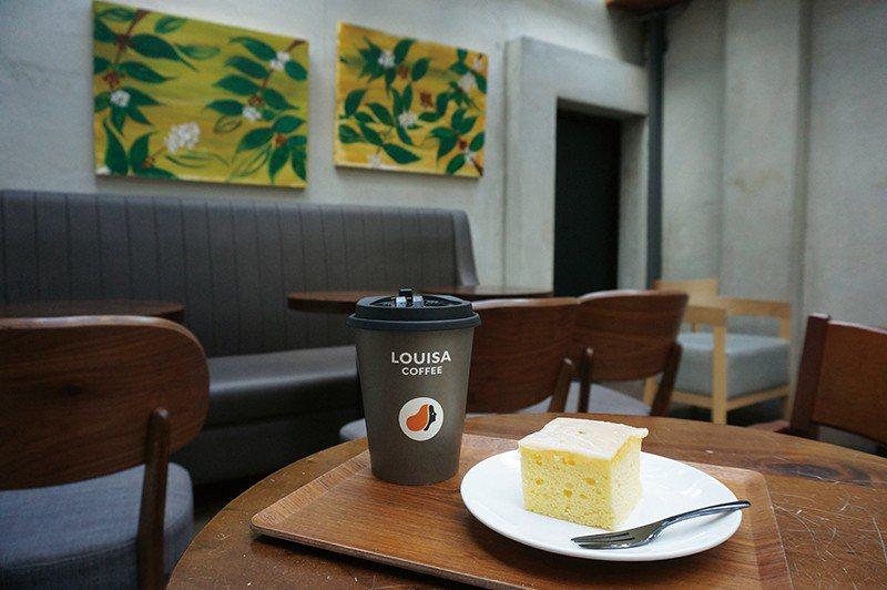 檸檬糖霜溫蛋糕65元(前)/表皮糖霜增添口感層次,檸檬香氣迷人。小農鮮奶咖啡55...