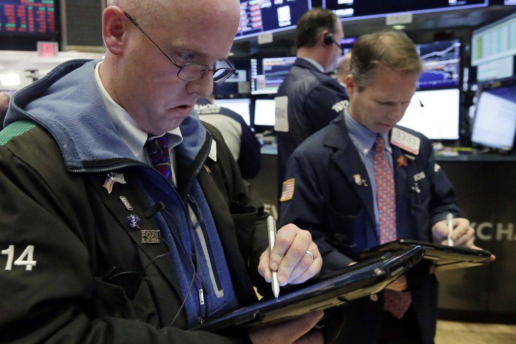 美股周一崩跌,市值蒸發逾1兆美元。 美聯社