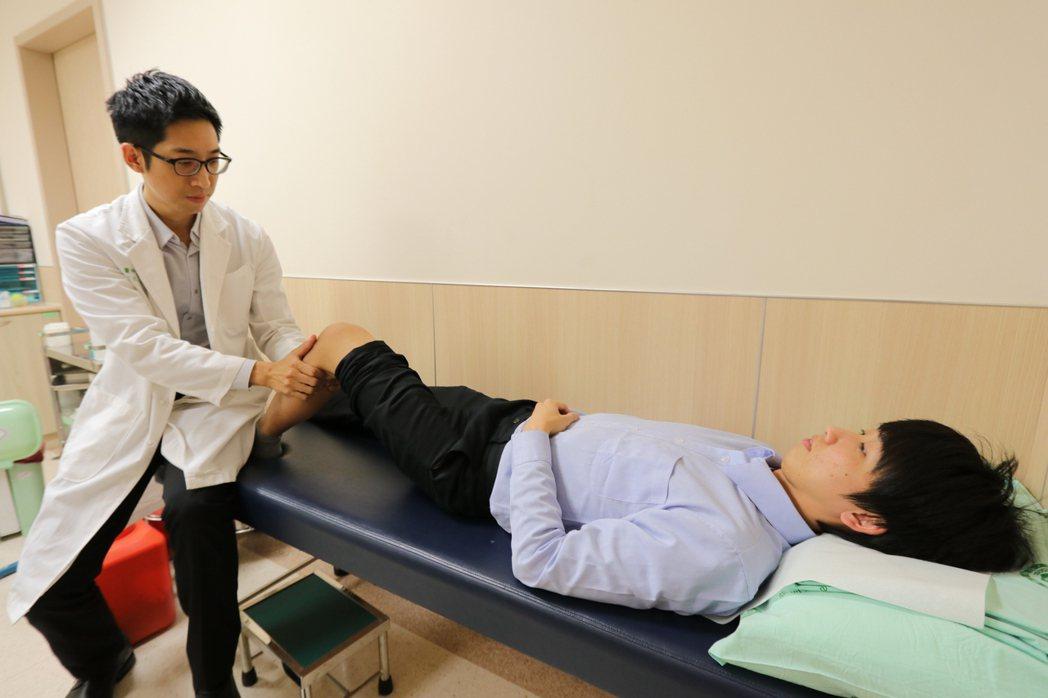 亞洲大學附屬醫院骨科部醫師慕德翰提醒,運動前應做足暖身,平時應加強腿部肌肉力量,...