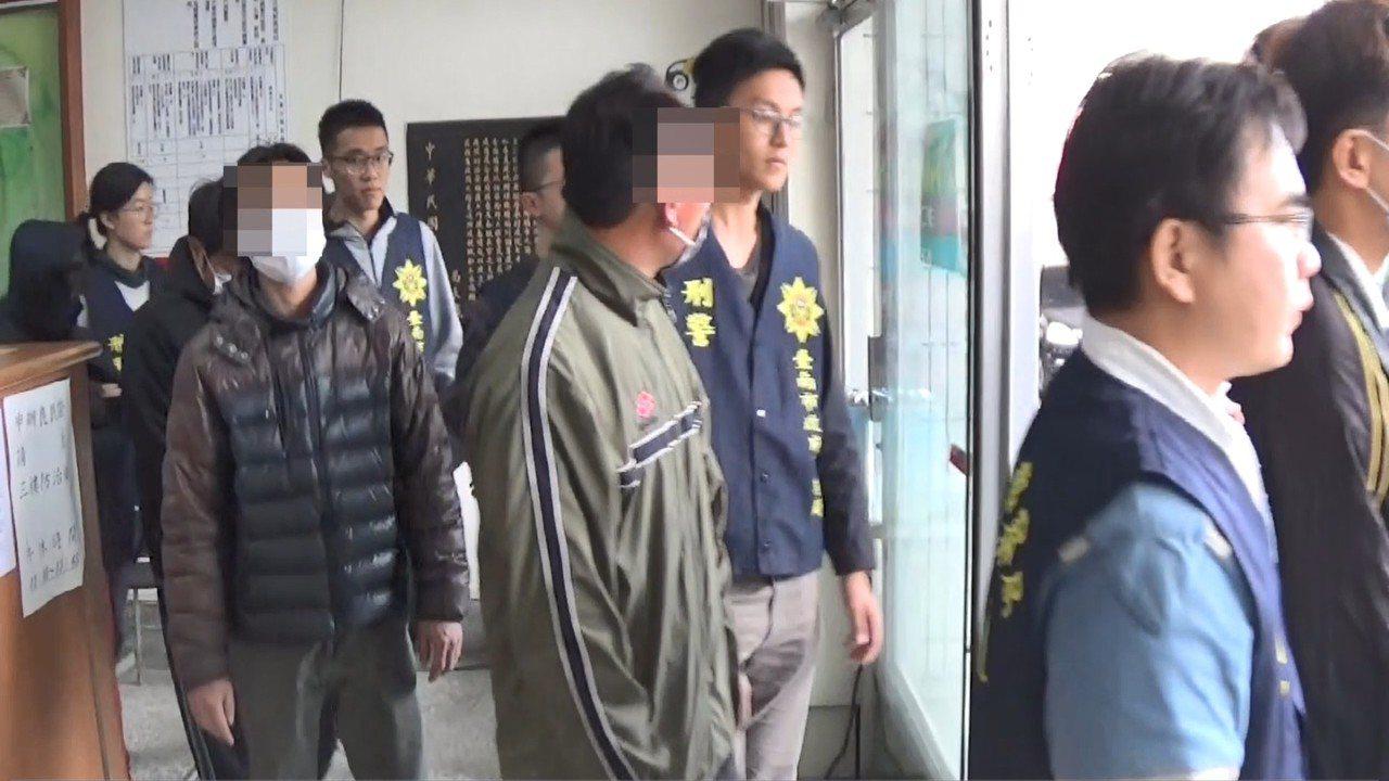 台南警方執行安居專案掃毒。記者吳政修/攝影