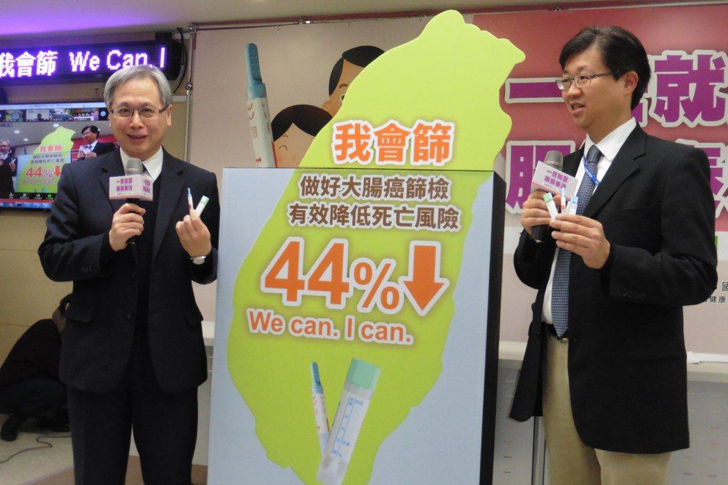 國健署長王英偉(左)與台大醫院健康管理中心主任邱瀚模(右)宣導50至74歲民眾定...