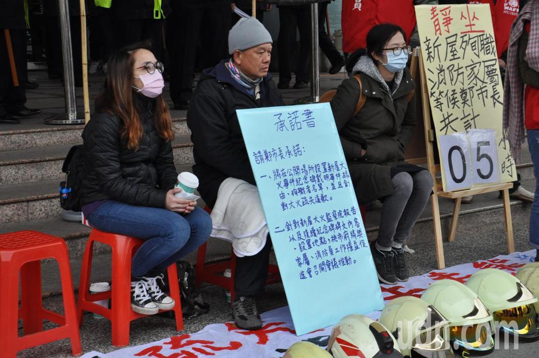 殉職消防員家屬陳鳳祥父親(中)、陳鳳祥妻子(左)以及張桂彰姐姐(右)3人今到市府...