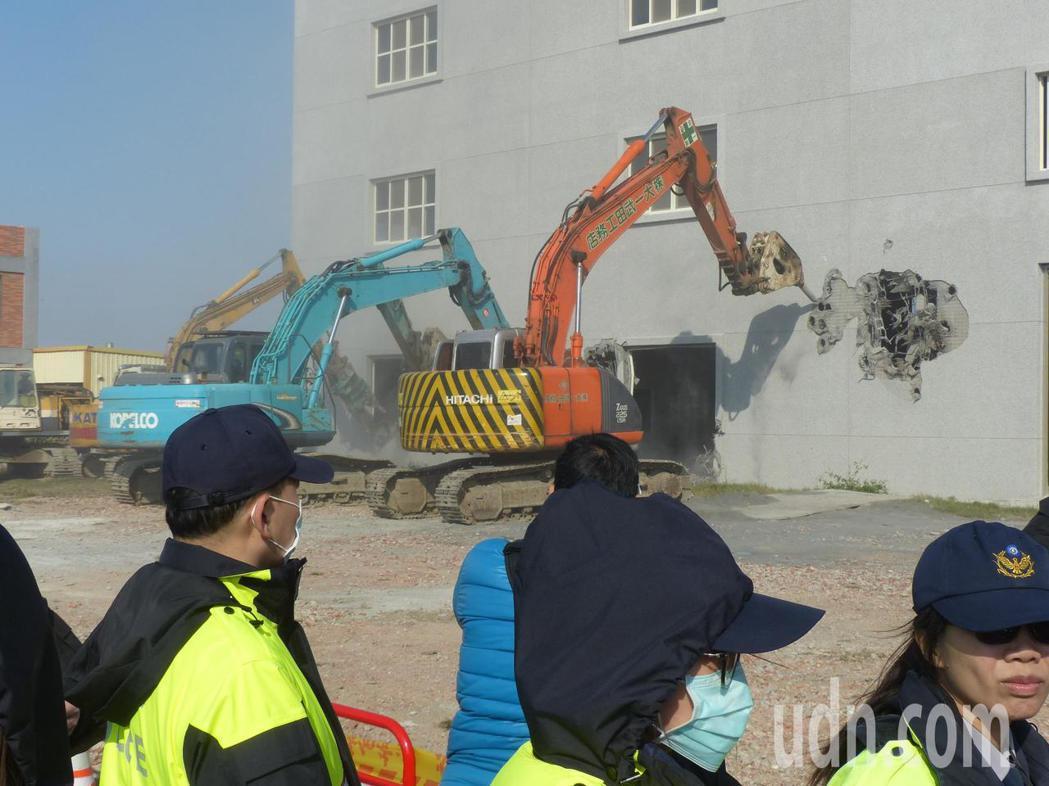 在大批警方戒護下,彰化縣政府今天下午順利拆除列管的最大農地違章建築。記者劉明岩/...