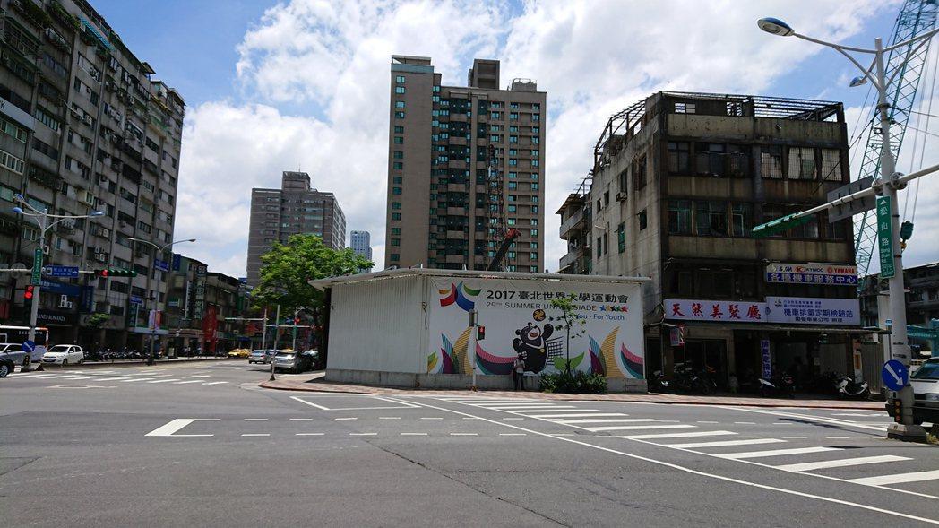 延宕17年、位於台北市忠孝東路、松山路口的永春都更案,全案補正程序完備,北市府今...