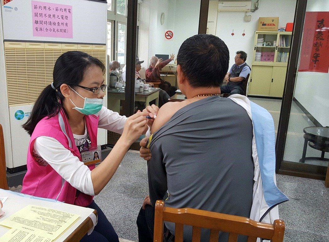 國內流感春節進入高峰期,民眾施打流感疫苗防疫,醫師呼籲做好自身防疫,春節少去公共...