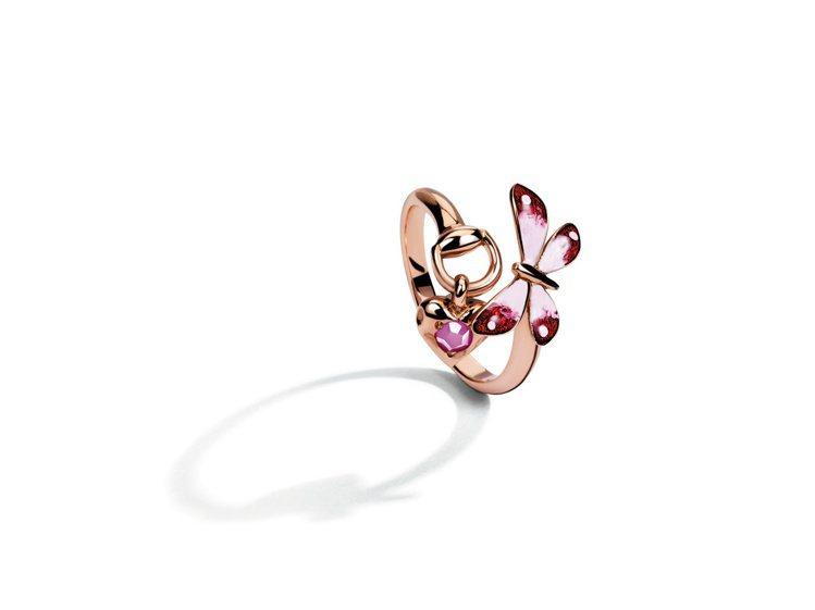 Gucci Flora系列18K玫瑰金戒指,琺瑯彩繪蝴蝶與花卉鑲嵌紅寶石飾以馬銜...