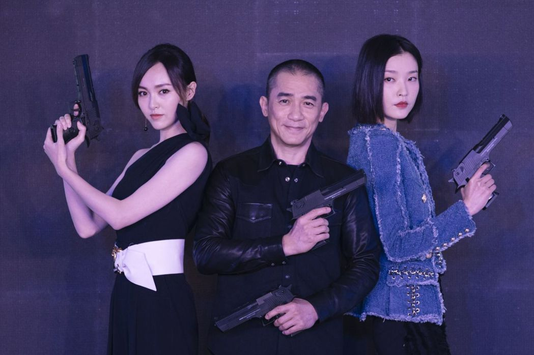 梁朝偉(中)主演動作片「歐洲攻略」,邀來兩大美女唐嫣(左)、杜鵑(右)共同合作。