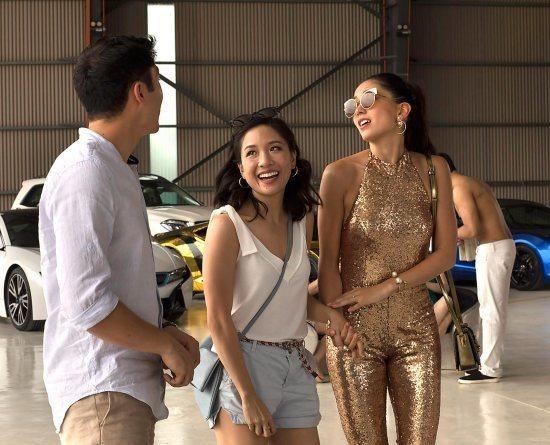 吳恬敏(中)在根據暢銷小說改編的「瘋狂亞洲土豪」扮演女主角。圖/摘自imdb