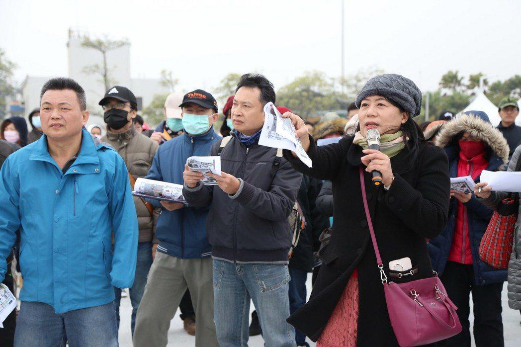 台湾灯会中外语导览人员培训,寒风中进行实地演练。图/南华大学提供