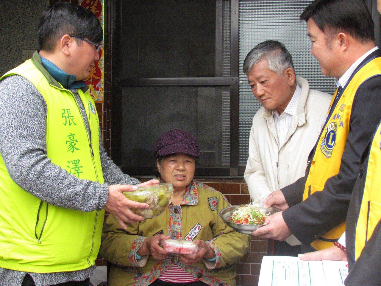 蓮心園送年菜給獨居老人。圖/蓮心園提供