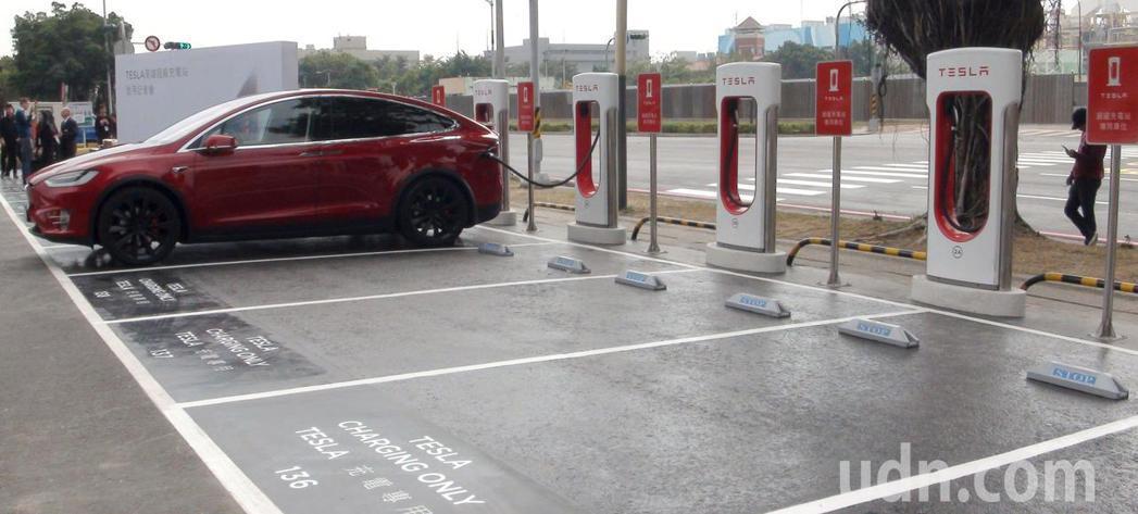 TESLA電動汽車在高雄市中鋼大樓戶外停車場設14座充電座,是目前全台最大的充電...