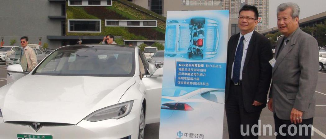 中鋼公司董事長翁朝棟(右)和高市經濟發展局長曾文生看好電動汽機車和國內相關產業鏈...