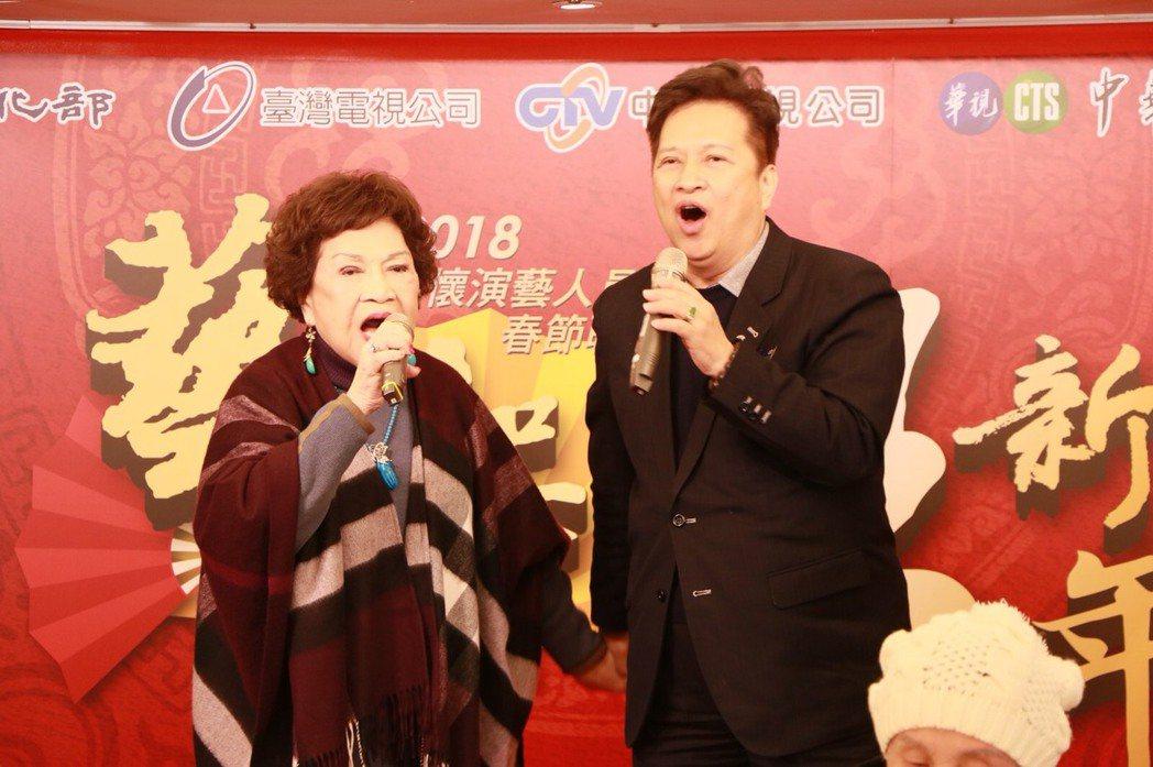 周遊、李朝永出席關懷資深藝人年終餐會,夫妻台上高歌。圖/中視提供