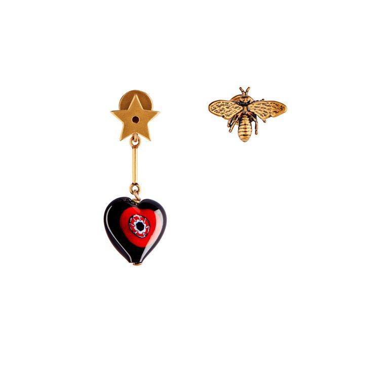 D-Murrine紅黑玻璃愛心與仿舊金屬小蜜蜂不對稱耳飾,售價11,000元。圖...