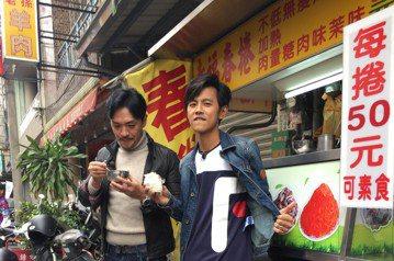 阿翔和夢多在「食尚玩家」搭檔數月,即將因為浩子回歸要解散了,因此兩人搭檔主持的最後一集回到最初的外景地點嘉義「森林之歌」,穿起西裝大秀舞蹈,以「老虎隊」之姿致敬小虎隊的經典MV「青蘋果樂園」。而後阿...